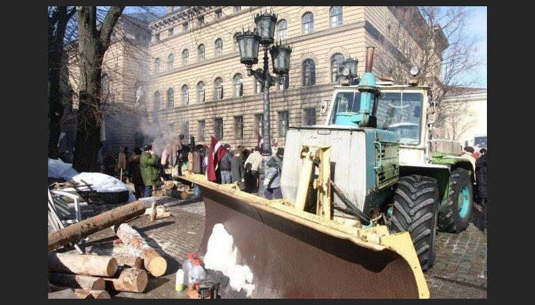 Barikāžu aizstāvju atceres pasākumu laikā vairākās vietās Rīgā ierobežos satiksmi