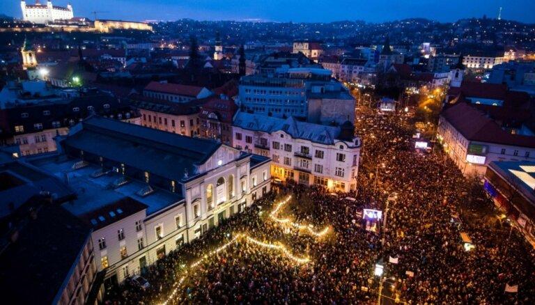 Žurnālista slepkavība: 65 tūkstoši Slovākijā protestē pret valdību