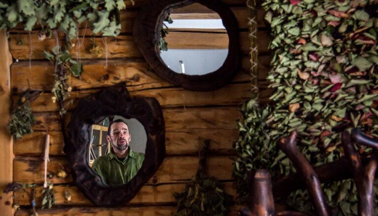 Хозяин леса: бывший рижанин вот уже 30 лет дает деревьям вторую жизнь