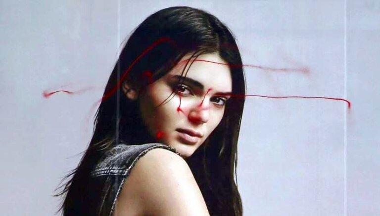 Video: Mākslinieks-vandalis Ņujorkā sabojā 'Calvin Klein' plakātu