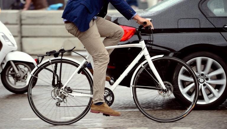 Велосипедистов и самокатчиков могут выгнать на дороги. Минсообщения против