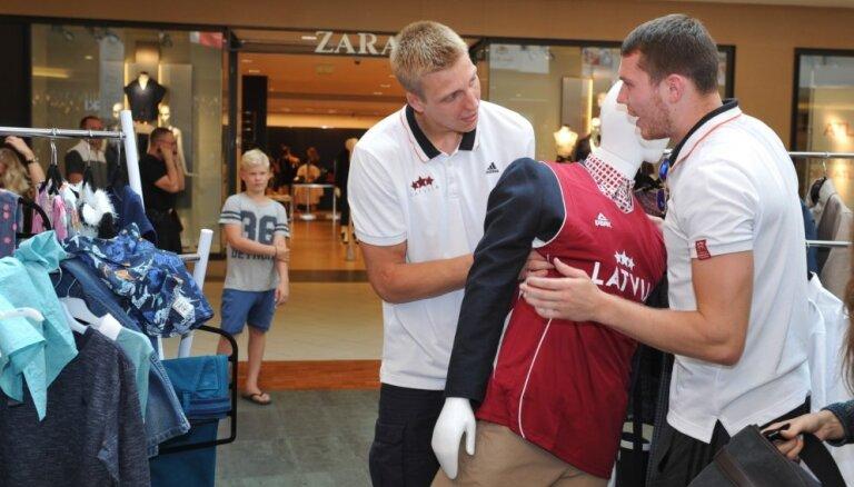 Foto: Latvijas basketbolisti atklāj fanu zonu un ievieš jaunas vēsmas apģērbu modē