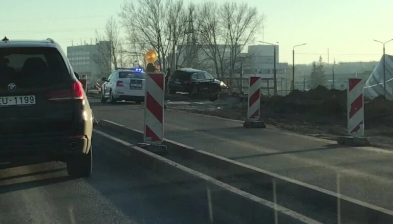 Video: Uz Salu tilta margām 'uzkaras' apvidus auto