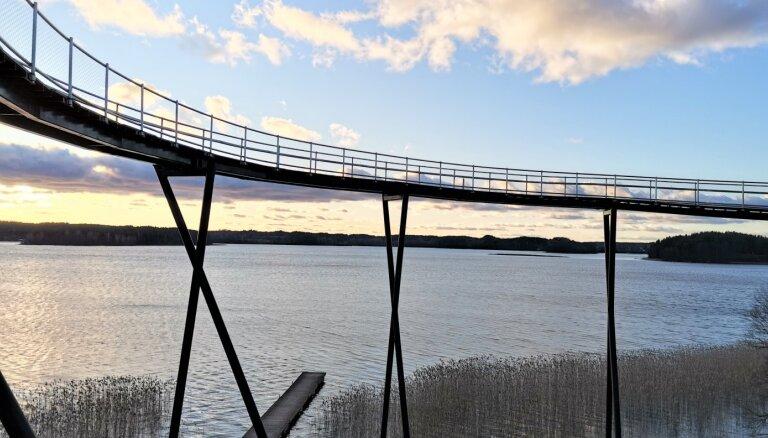 Netālu no Latvijas-Lietuvas robežas: varena platforma ar skatu uz ezeru