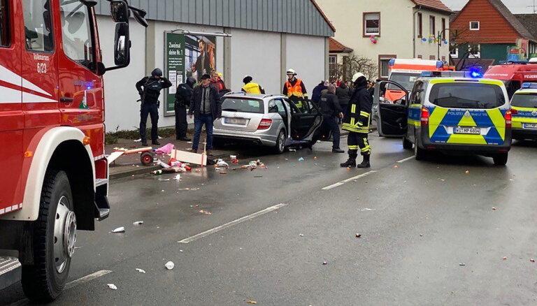 ФОТО, ВИДЕО: В Германии Mercedes въехал в участников карнавального шествия