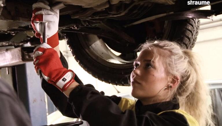 'Ātruma cilts' video: Blondīne servisā pirmo reizi maina eļļu