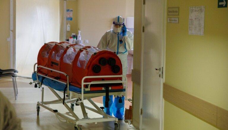 Covid-19 saslimstībai pieaugot, slimnīcās būs jāīsteno 'kara medicīna', brīdina VM