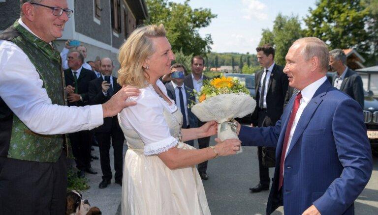 Глава МИД Австрии рассказала о танце с Путиным и поддержала санкции