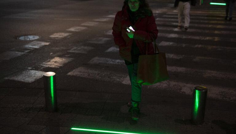Video: Telavivā pirms krustojumiem uzstāda 'zombiju gaismas' viedtālruņos iegrimušiem gājējiem