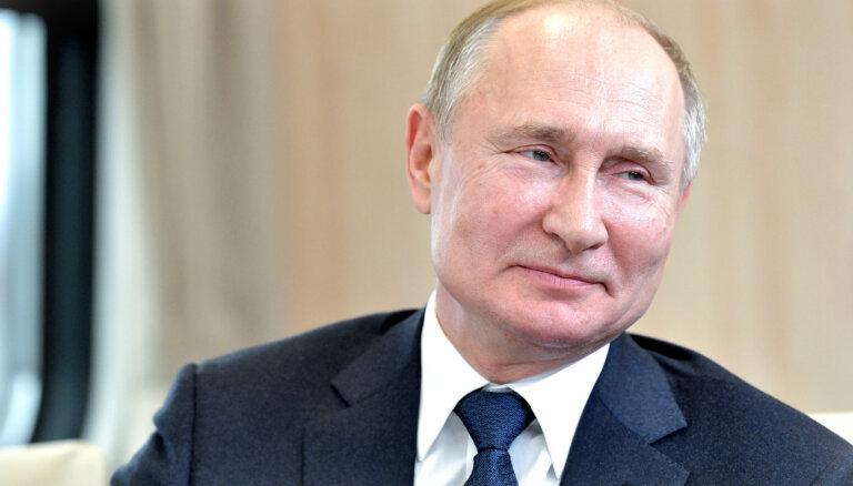 Putins raksturo Trampu kā 'spilgtu personību', bet Baidenu - kā 'karjeras cilvēku'