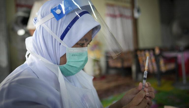 Malaizijā pēc 200 darbinieku inficēšanās slēdz Covid-19 vakcinācijas centru