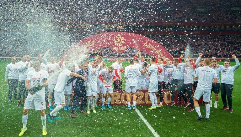 Polijas futbolisti iekļūst Eiropas čempionāta finālturnīrā