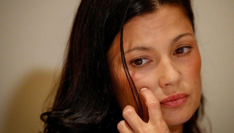 Izvarošana viesnīcas numuriņā: aktrise apsūdz nīstāko vīru Holivudā