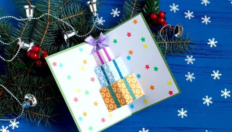Pašdarināts svētku sveiciens – kartīte ar telpiskām dāvaniņām vidū