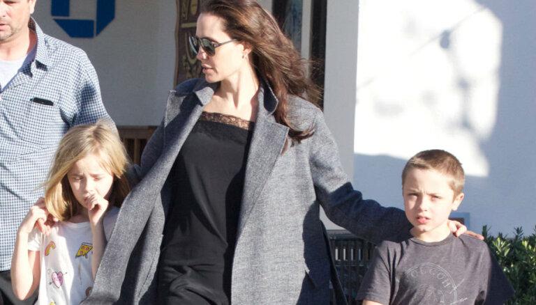 Paparaci foto: Džolija ar bērniem Malibu dodas iepirkties
