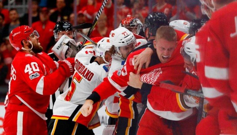 'Red Wings' hokejistam Vitkovskim par iesaistīšanos kautiņā piespriež desmit spēļu diskvalifikāciju
