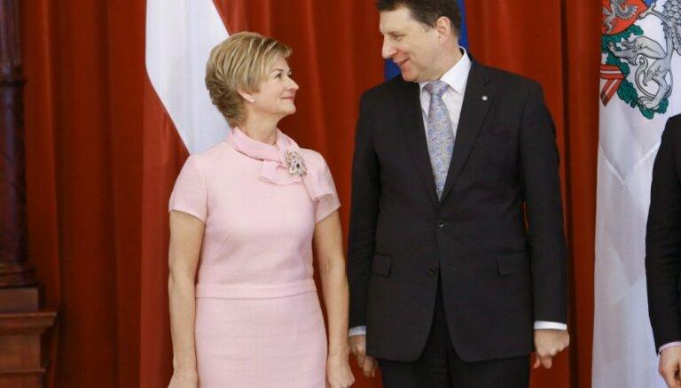 Raimonds un Iveta Vējoņi sveic Latvijas tētus Tēva dienā