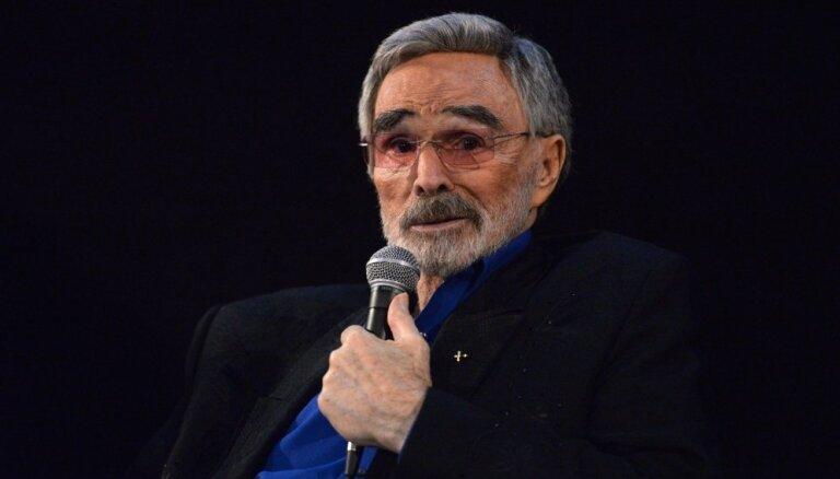 82 gadu vecumā mūžībā aizgājis aktieris Bērts Reinoldss