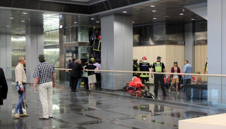 'Putnu problēma', iestrēdzis lifts un plīstošas flīzes – Gaismas pils likstas