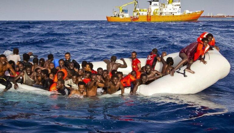 Число мигрантов на средиземноморском маршруте снизилось вдвое