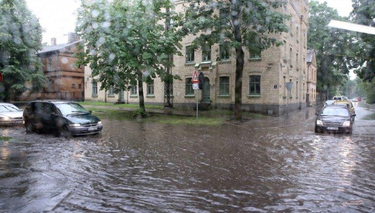 Названы улицы Риги, которые затапливает во время ливня