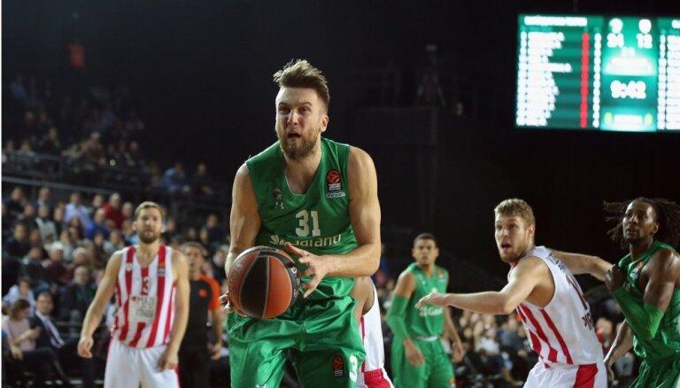 Peiners gūst 11 punktus, palīdz komandai izcīnīt uzvaru Turcijas čempionāta spēlē