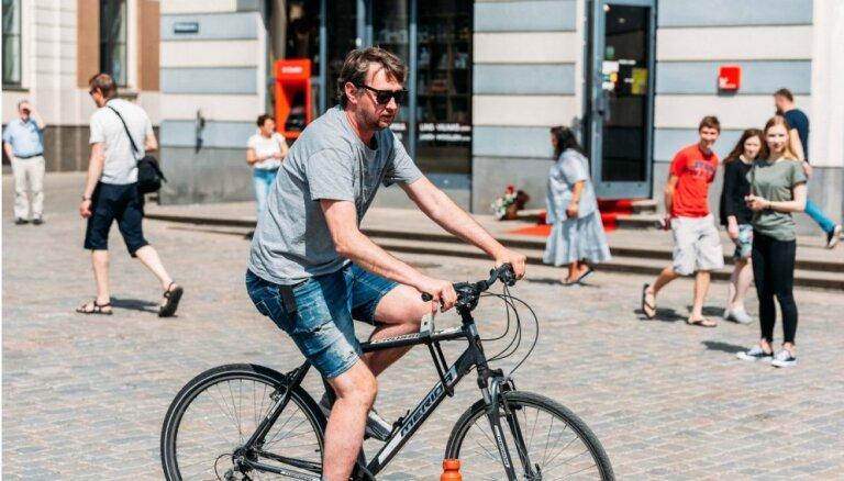 Foto: Riteņbraucēji izaicina aktierus 'Toyota' Rīgas velomaratona veiklības stafetē