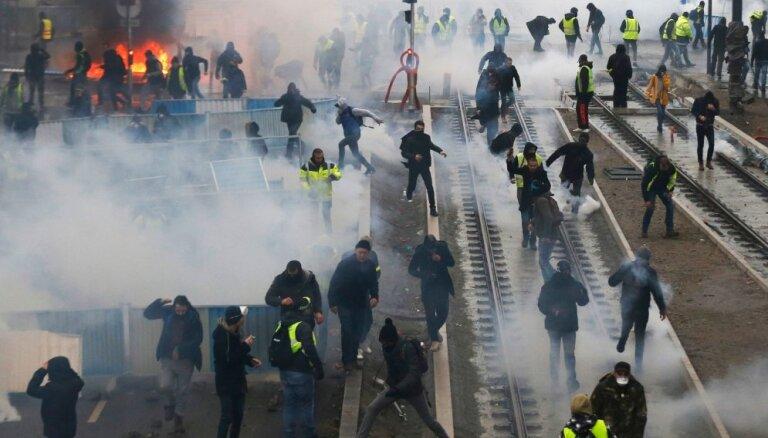 Foto: Francijā 'dzelteno vestu' protesti pulcē 84 tūkstošus cilvēku