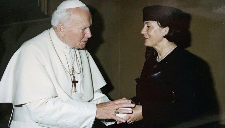 Karaļnami, Vatikāns, atzinība un grūtības – Latvijas diplomāte Aija Odiņa atklāti par pieredzēto