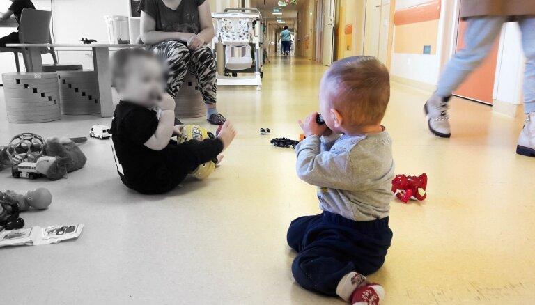 Читательница возмущена: в Детской больнице больше не требуют надевать бахилы