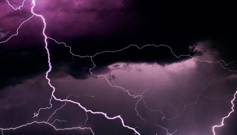 Ночью на Видземе обрушились сильные грозы, ураганный ветер, тропические ливни и град