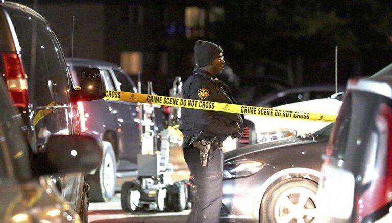 Bruņots vīrietis Čikāgas piepilsētā nošauj piecus cilvēkus, līdz viņu nogalina policija