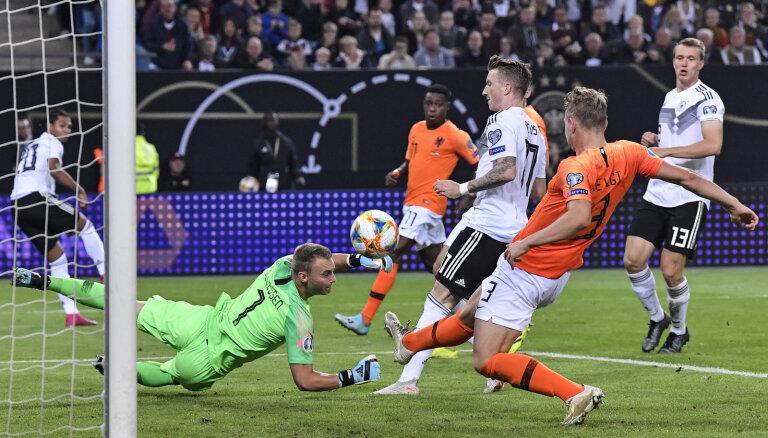 Nīderlandes futbolisti vētrainā grandu mačā uzvar Vāciju