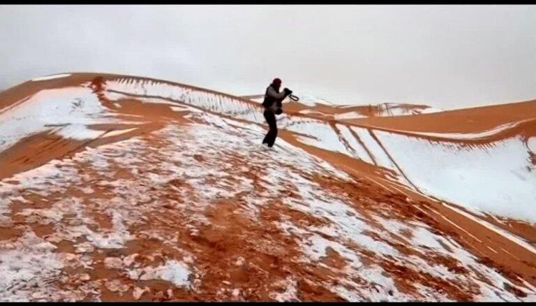 Ļoti reti Sahāras skati – tuksnesī uzsnidzis sniedziņš balts