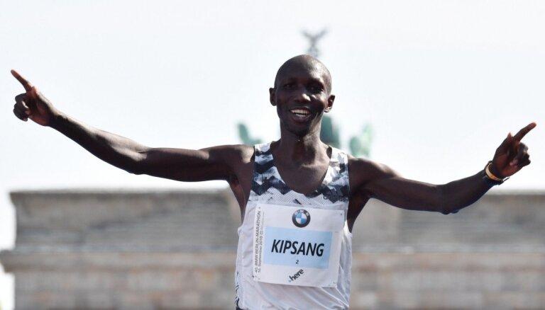 Bijušais pasaules rekordists maratonā Kipsangs diskvalificēts uz četriem gadiem