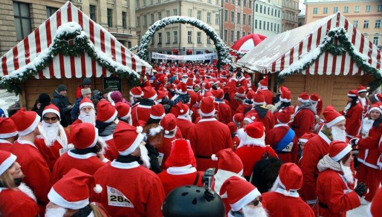 Foto: Pa Rīgas ielām skrien 300 Ziemassvētku vecīši