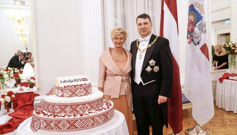 Foto: Vējoņa un viņa kundzes stils Latvijas simtgades svinībās pilī