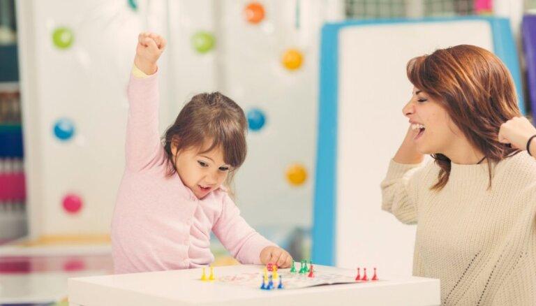 Bērns histērijā zaudētas galda spēles dēļ – kā iemācīt neveiksmi pieņemt mierīgi