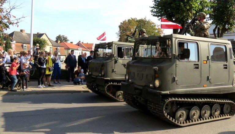 Foto: Negaidītā un iespaidīgā militārā parāde Tukumā