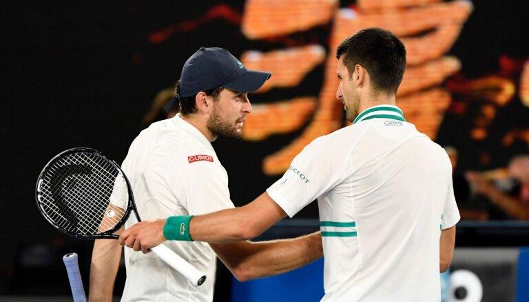 Карацев проиграл Джоковичу в полуфинале Australian Open, Осака победила Серену Уильямс