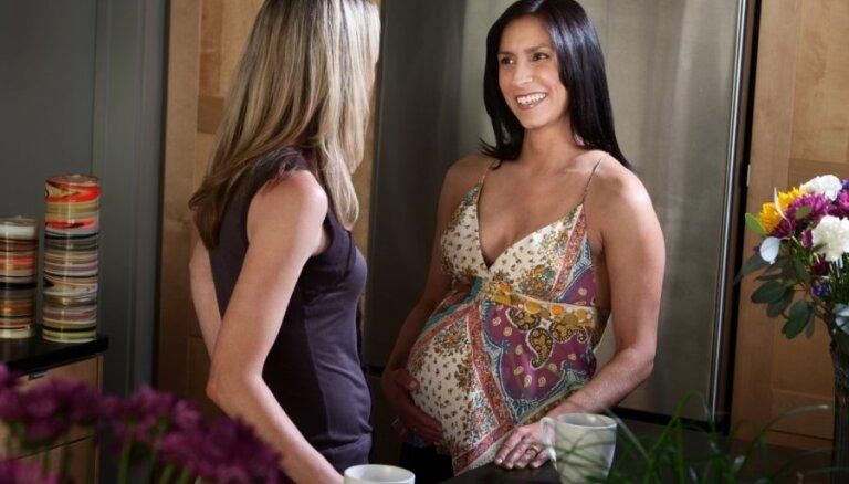 Desmit lietas, ko nekad nevajadzētu teikt grūtniecei