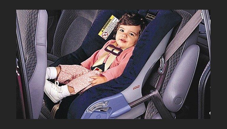 Треть родителей в Латвии неправильно пристегивают своих детей в машинах