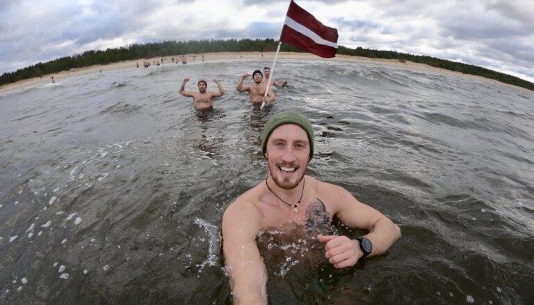 Video: Simtgades pelde Lilastē – 25 aktīvisti metas ledainā ūdenī
