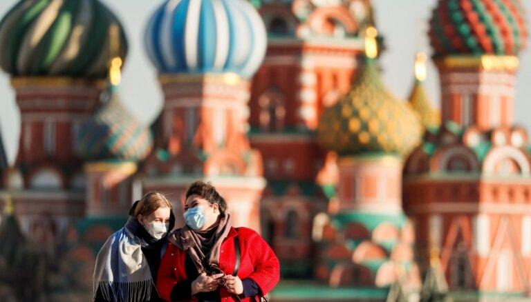 Spānijā reģistrēts zemākais Covid-19 upuru skaita pieaugums; Krievijā - kāpums