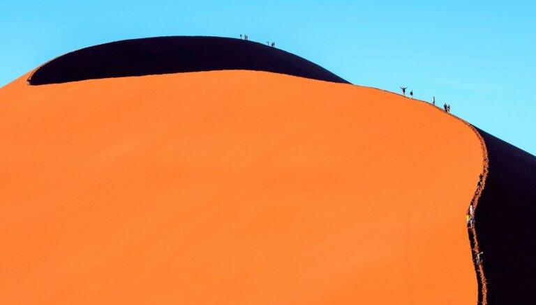 Dienas ceļojumu foto: rāpšanās pasaulē augstākajā tuksneša kāpā