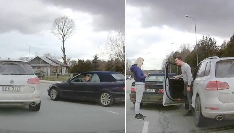 Video: BMW autovadītājas un VW apvidnieka incidents Rīgā
