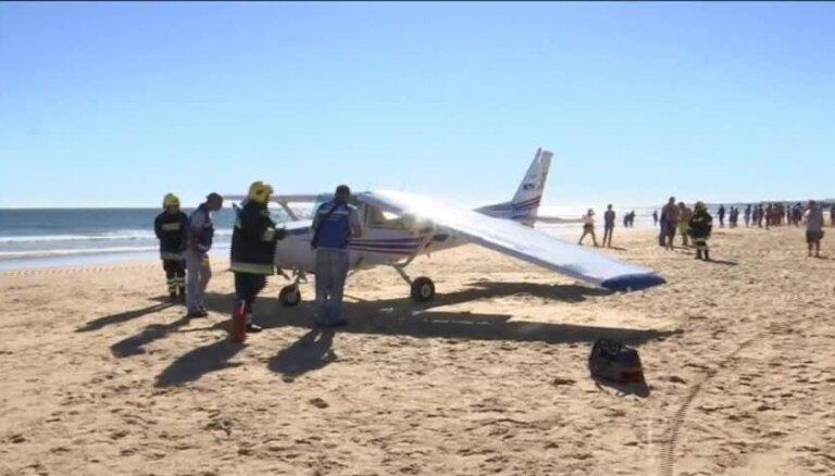 На португальском пляже аварийно сел самолет, погибли двое отдыхающих
