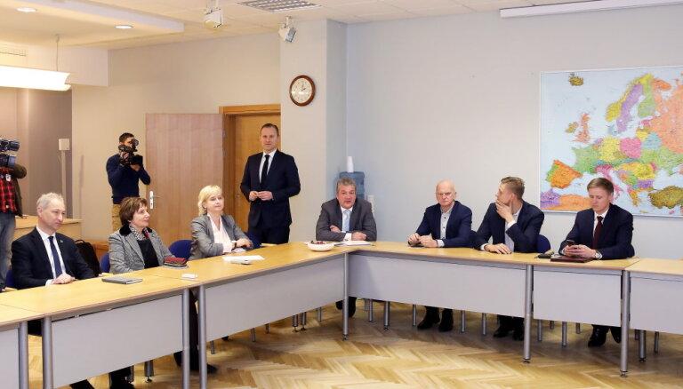Gobzema valdības veidošana — pirms vēlēšanām solījās nerunāt, bet nu sēž pie viena galda