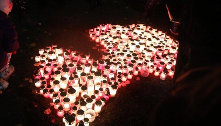 Foto: Rīgā svin Lāčplēša dienu – lāpu gājiens, svecīšu gaisma un slīdrāde uz Rīgas pils sienas
