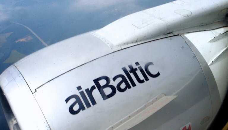 'airBaltic' lidmašīna Rīgas lidostā aizķērusi gaisa tilta kāpnes